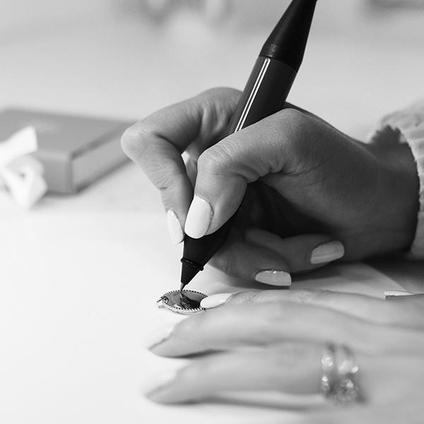 Conoce a nuestras artistas de grabado: entrevistamos a las creadoras de vuestras joyas personalizadas