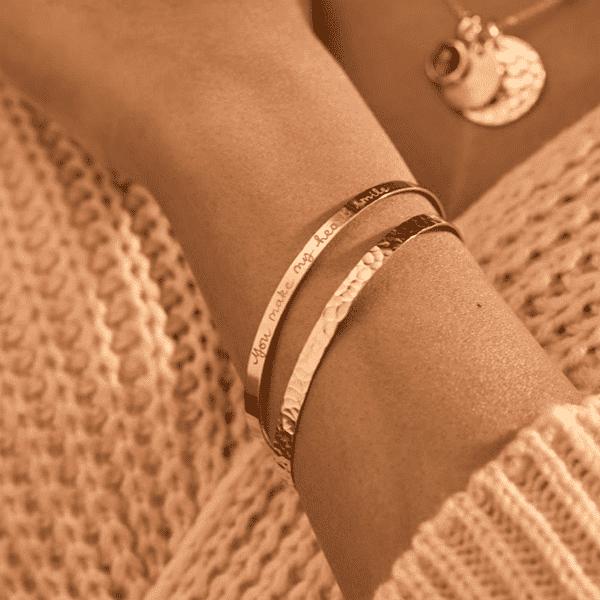 Aprende cómo llevar pulseras con estilo: tips para lucir joyas